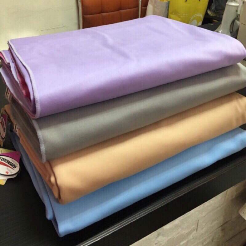 3M專利三合一保潔墊跟一般市售不同的地方是在於表面與底層不是直接使用熱溶膠當作防水媒介。表面是使用布料,更加柔軟觸覺無塑膠感 底布是搖粒刷毛,既可保暖也可止滑效果 ( 兩面皆可以使用也都防水 )全新的