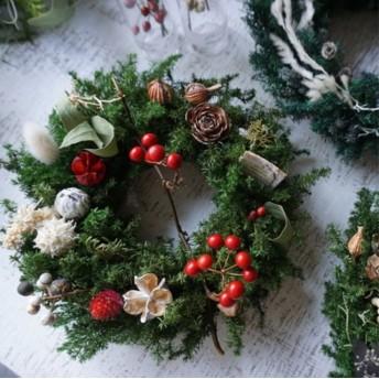 クリスマスリース*真っ赤な実サンキライの枝を添えて