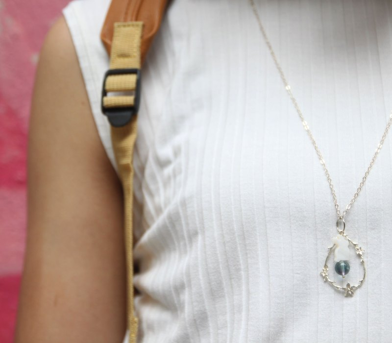 紫藍螢石, 貝母小兔,小瑪瑙石, 鍍銀花圈, 925純銀 長項鍊 flourite, lapin shape mother pearl, small agate stone in silver-pla