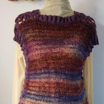 スーパーイマジネーションに、中細糸で、肩に花モチーフを、編みつけてベストにしました