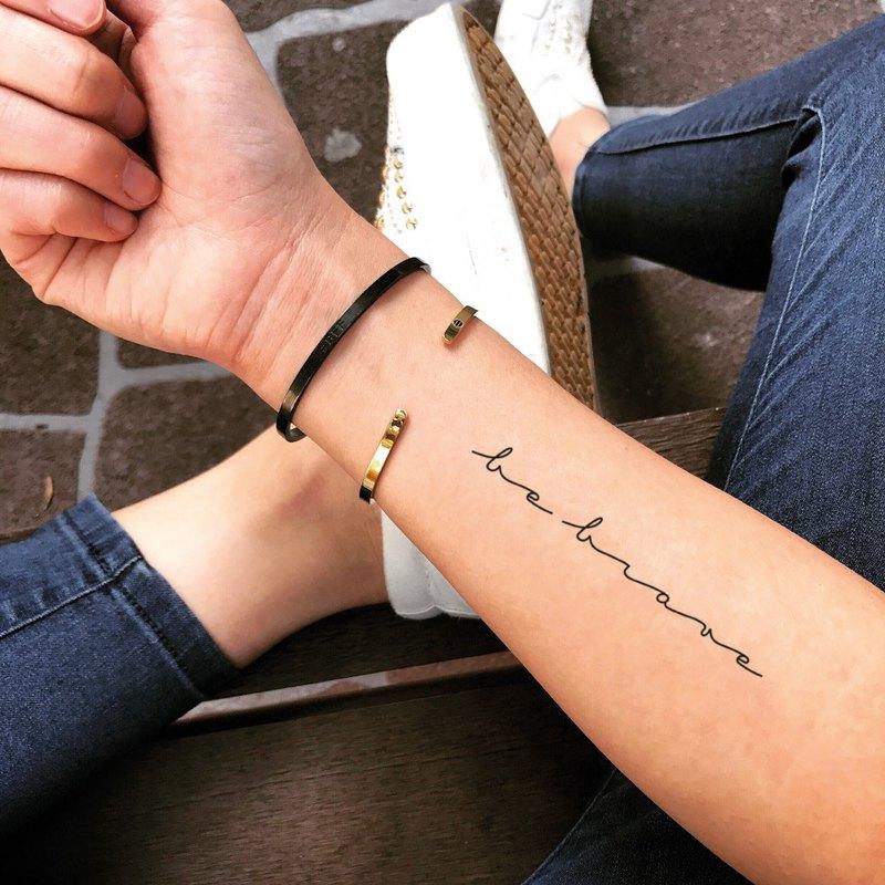 OhMyTat 勇敢起來 Be Brave 刺青圖案紋身貼紙 (2 張)