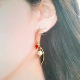 送料無料★赤ダイヤとコットンパールのSラインノンホール樹脂イヤリング#1976