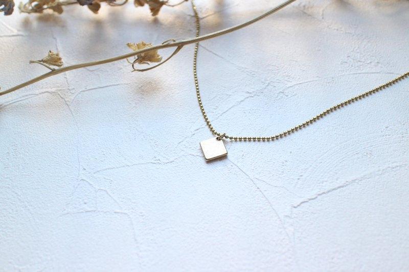 簡約的小方塊,搭配休閒裝扮,率性俐落,小巧的設計,耐看又百搭