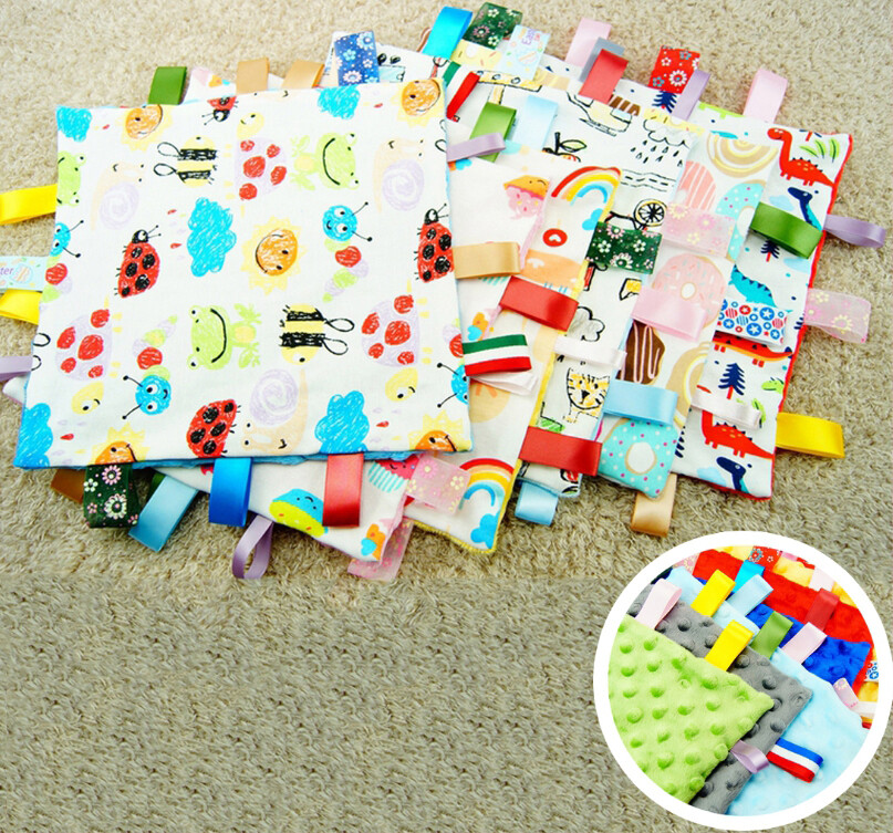 ✿尺寸:25*25cm(不含標籤) ✿材質:棉質布+珊瑚絨 (標籤為隨機款縫製,所以標籤的圖案不固定) ✿用途 是給缺乏安全感的寶寶們用來捏啊,揉啊,搓啊,拉啊,扯啊,咬啊…… 它是可以個滿足寶寶心理