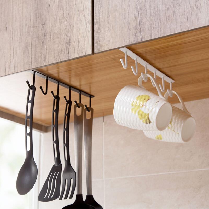 尺寸:(長)26cm*(高)7cm 材質:鐵+烤漆 姐的心裡話:廚房的牆面不是玻璃就是磁磚,都不適合打孔,黏貼式的掛勾心理怕怕... 鐵件烤漆美觀又耐用,無痕免釘,水槽的上櫃處是不錯的位置,一秒安裝,