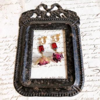 小さなバラと赤いテーブルカットチェコビーズのイヤリング