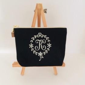 ブラック帆布の選べるエンブレムイニシャル刺繍のポーチ 14 16 18 20cm