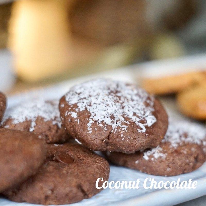 椰子油取代了少部份的奶油, 巧克力豆增加平凡的口感, 外層沾上巧克力與椰絲,整個你濃我濃 , 有點鬆有點硬的口味,又不會太油膩感!