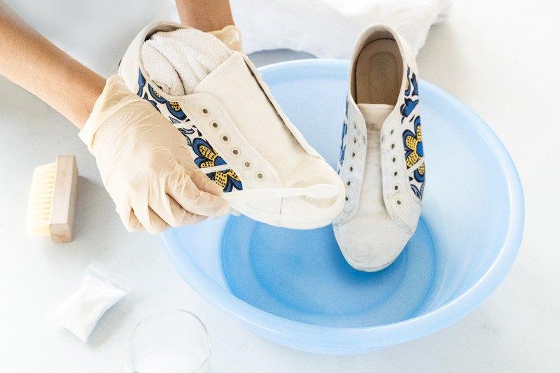 - 小白鞋的黃漬問題,解決之星 -用於鞋子衣物髒污清潔後,布料泛黃狀況解除 -小花團隊親自實驗,分享好物。
