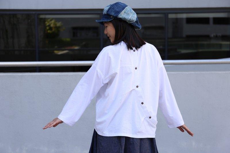長在身後的紐扣 純白上衣