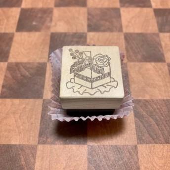 消しゴムはんこ スイーツ 花とベリーの四角いケーキ