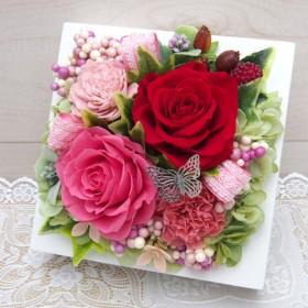 インテリアとして壁掛けで飾れるピンクと赤いバラのフレームアレンジ・プリザーブドフラワーアレンジメント