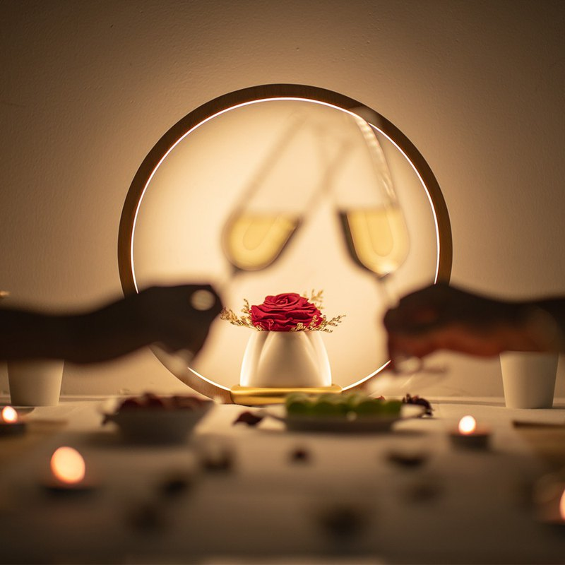 原木燈框、純白花器、黃銅底座,自然純粹的造型 永生玫瑰花、代表不凋零的愛情 三段式調光,觸控式開關及調光