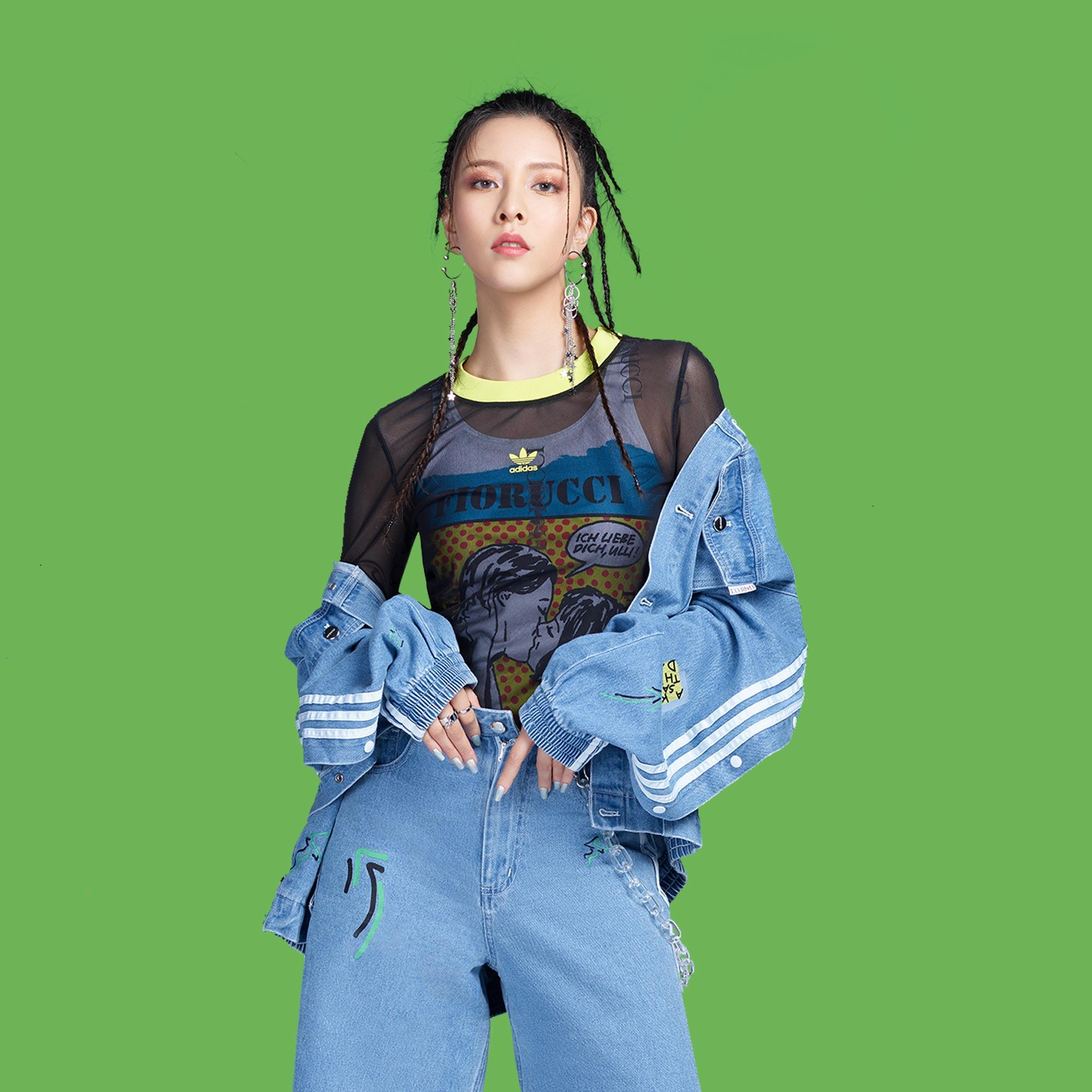 結合 Fiorucci 甜美風格和 adidas 經典元素的丹寧外套