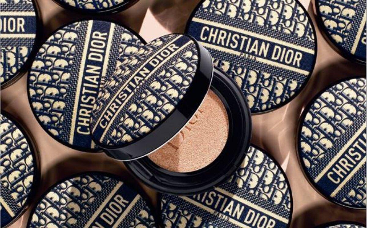 精品級氣墊誕生!Dior推出老花刺繡帆布氣墊,絕美包裝引發熱議 迪奧「超完美柔霧光氣墊粉餅」經典緹花版,台灣「迪奧線上快閃店」限量300個銷售一空!2020年必收的珍藏單品!