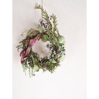 自家栽培ハーブのユーカリとケイトウと野バラの実の深いグリーンリース