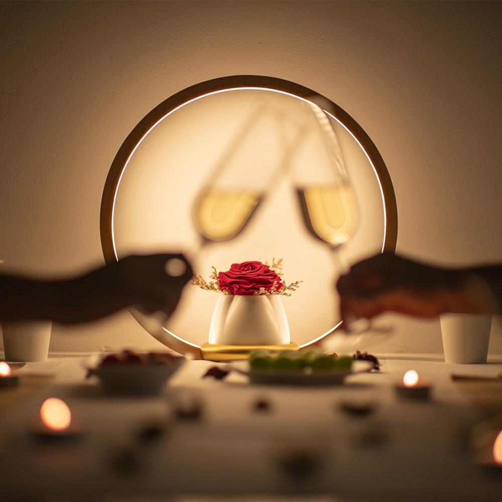 原木燈框、純白花器、黃銅底座,自然純粹的造型永生玫瑰花、代表不凋零的愛情三段式調光,觸控式開關及調光