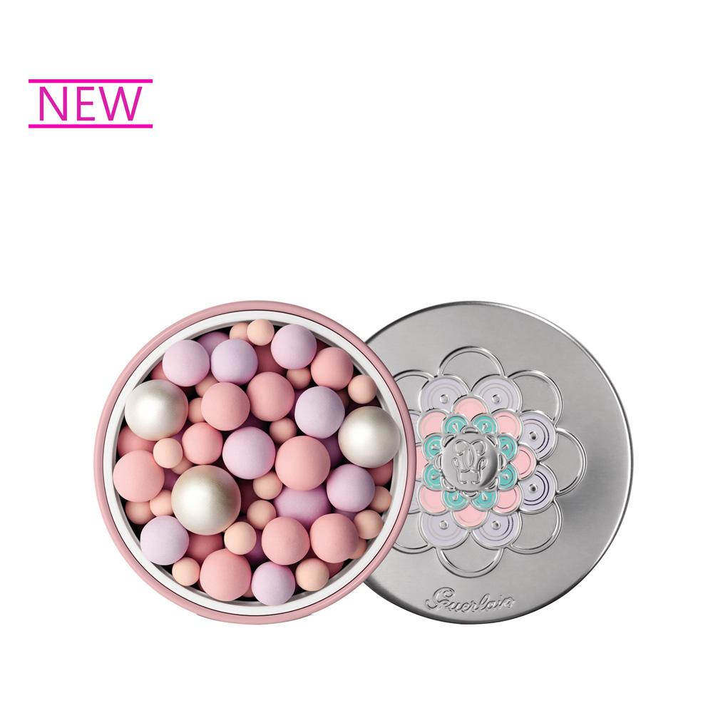 最新「裸鑽光科技」,能將肉眼看不見的光線轉變成肌膚上純淨的光采。全新「幻彩流星綻白蜜粉球」微妙地融合了粉霧質地、粉嫩色調、帶有藍色柔和光澤的白色珍珠粉球,搭配可修飾膚色的珍珠彩球-黃色可修飾潮紅和暗沉