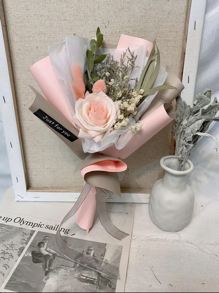 花束尺寸:高度約30公分寬20公分 ️乾燥花材:滿天星、兔尾草、情人草、黃金球、尤加利葉、小米葉 ️仿真花材:五色玫瑰均為保濕手感仿真玫瑰 ️花語: 「紅玫瑰」:愛、熱情、熱愛著你、求愛、我愛你、熱戀