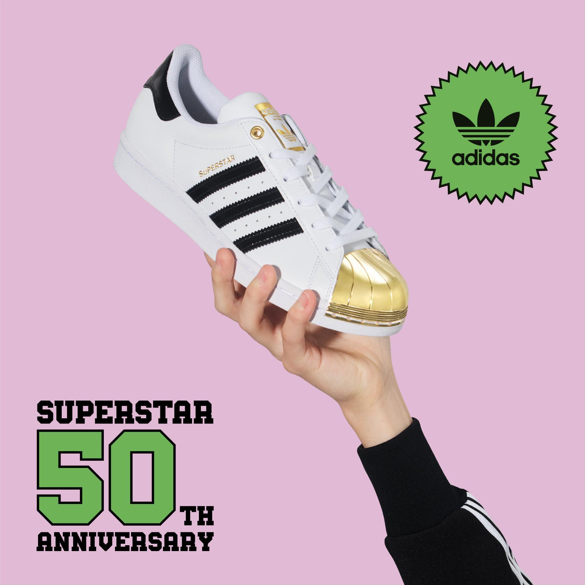 搭載金色貝殼鞋頭的 adidas Superstar 鞋款