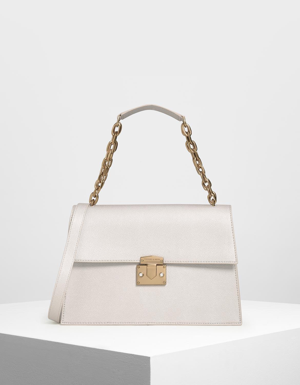 具備實用性與經典設計的包款,可輕易襯托出任何裝扮的風格。