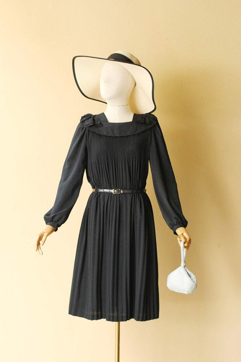 復古黑色舞會禮服,領子飾有優雅細節