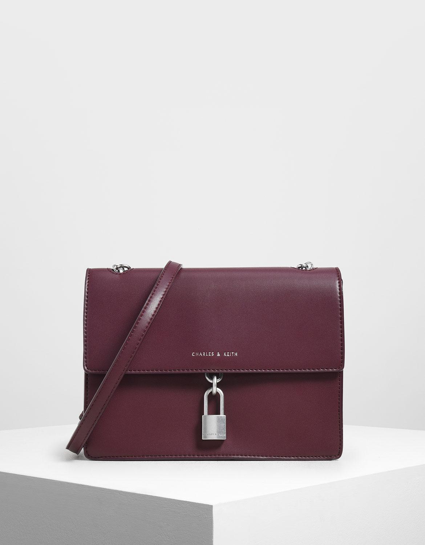 驚奇連連的兩用包款,使用長背帶展現優雅魅力,手提金屬鍊條打造帥氣時髦造型。
