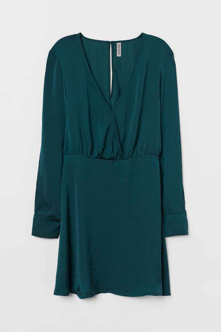 亮澤平織短洋裝,上部有交疊式V領設計,配單顆隱形按扣。背面有開口,領背有單顆隱形鈕扣,長袖有長開衩和袖口設計,腰部有縫線。無內裡。