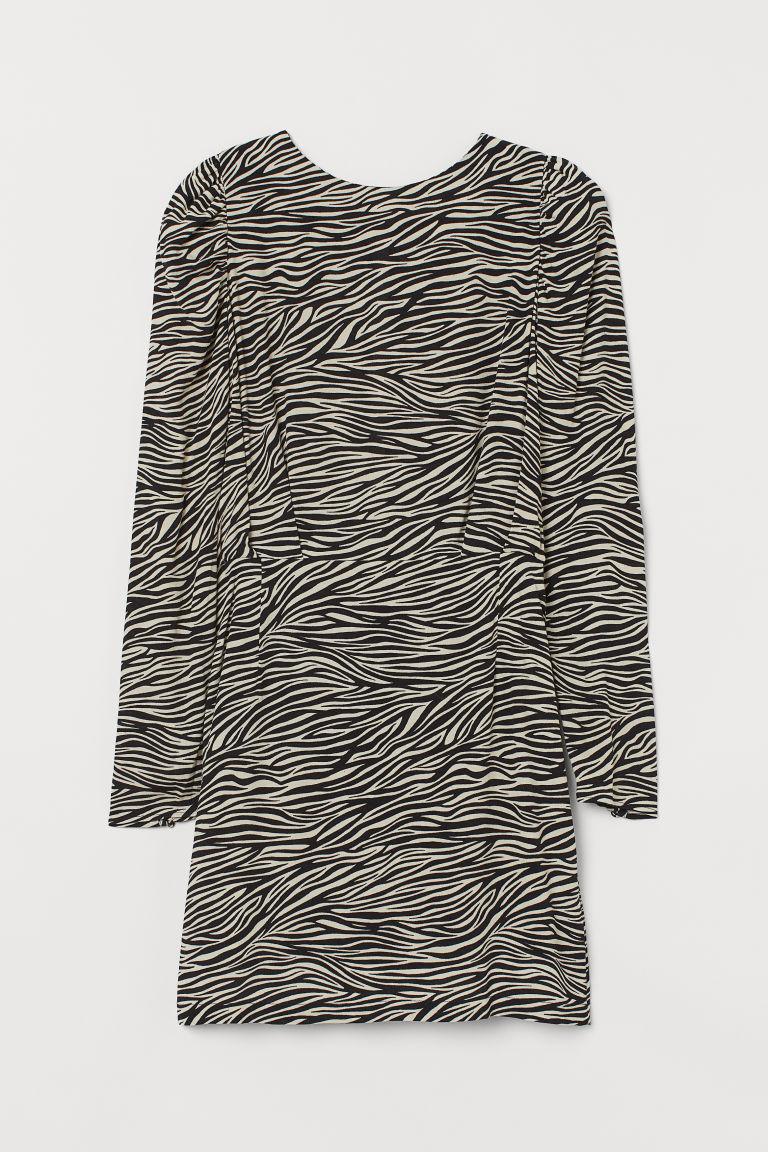圓領短洋裝,嫘縈縐紗平織布料,長袖款式。背面有開口,腰後有隱形拉鍊,領背有單顆隱形鈕扣,腰部有抓皺縫線,合身裙襬。