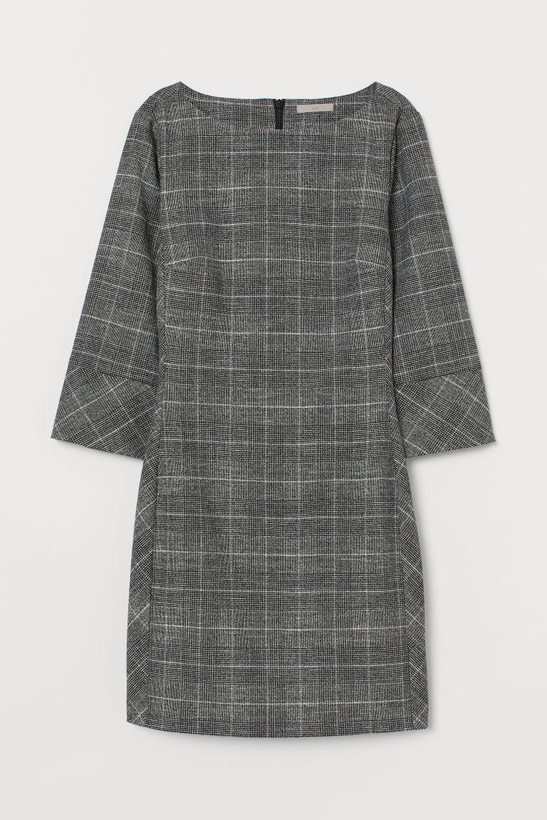 略合身短洋裝,平織布料,船領,背面有隱形拉鍊,七分袖,寬邊袖口有單衩和鈕扣。無內裡。