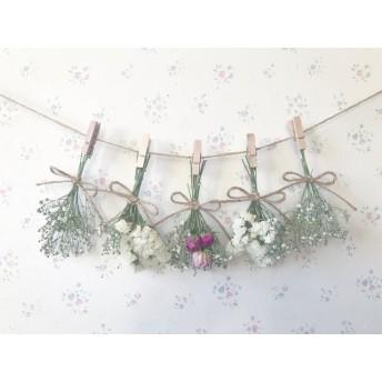 たくさんのかすみ草とピンクのバラのホワイトドライフラワーガーランド
