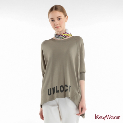 KeyWear奇威名品    不規則文字圖形五分袖上衣-灰綠色