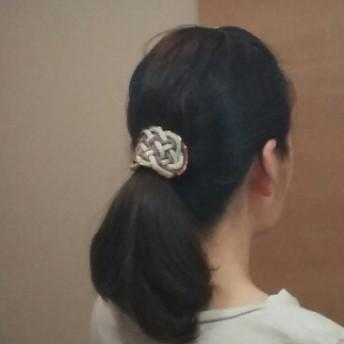 江戸打ち紐で作る飾り結びのポニーフック小 縁にビーズ付き(ベージュ×金茶×ブルー)