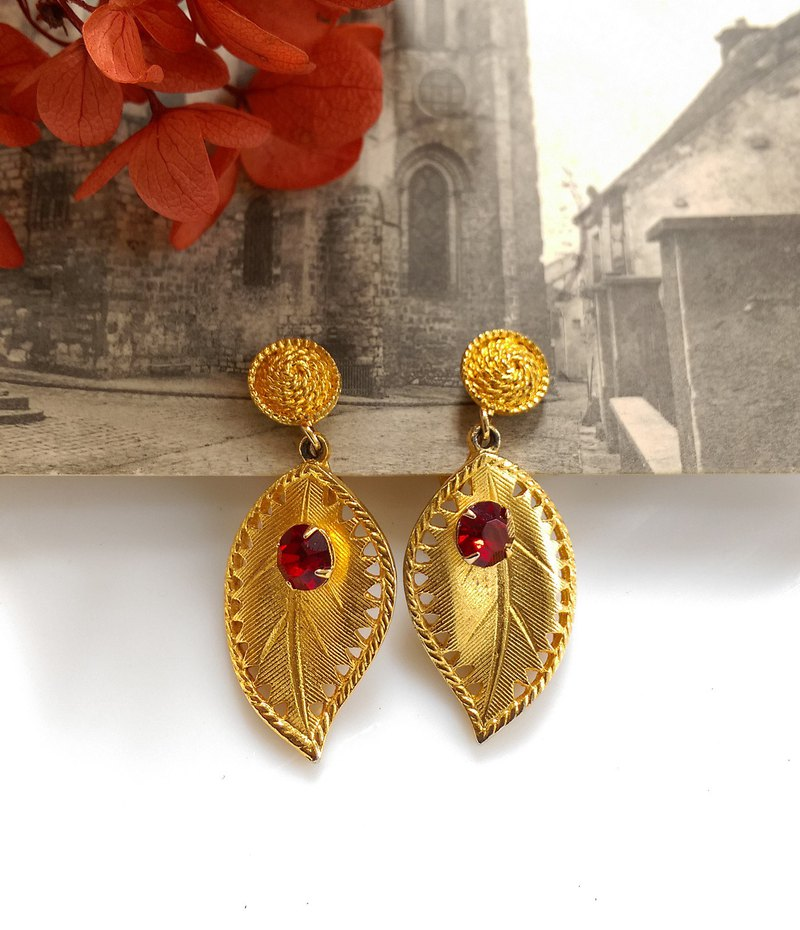 西洋古董飾品。CELEBRITY 金葉紅鑽 垂墜  夾式耳環