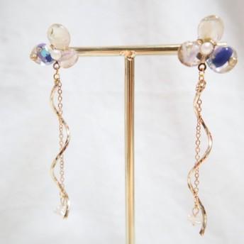花シリーズ。 3枚の花びらがちりばめられたマザーオブパールのイヤリング。紫。香港製