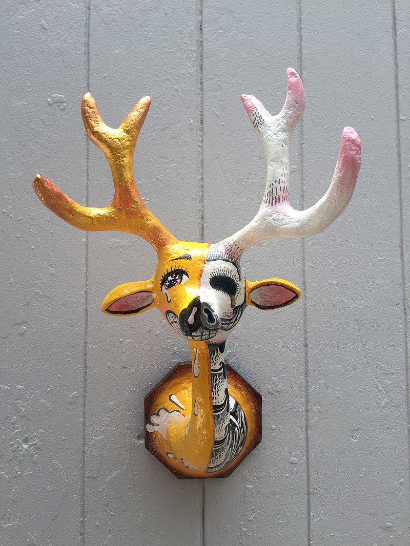 動物頂頭牆壁垂懸Mache鹿。