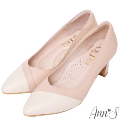 Ann'S 雋永品味 纖瘦V口經典小羊皮全真皮粗跟尖頭包鞋 粉白