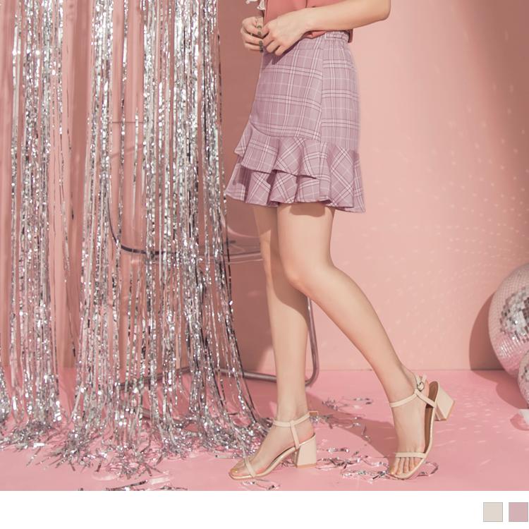 使用舒適的面料使肌膚好感自在一整天, 內裡為褲型打造自在安心穿著且無顧慮, 修身的A字版型剪裁不挑下半身型穿著且肉肉的女孩也不害怕, 不對稱的荷葉裙襬點綴讓甜美風格呈現出時髦層次感, 粉嫩色調搭配格紋