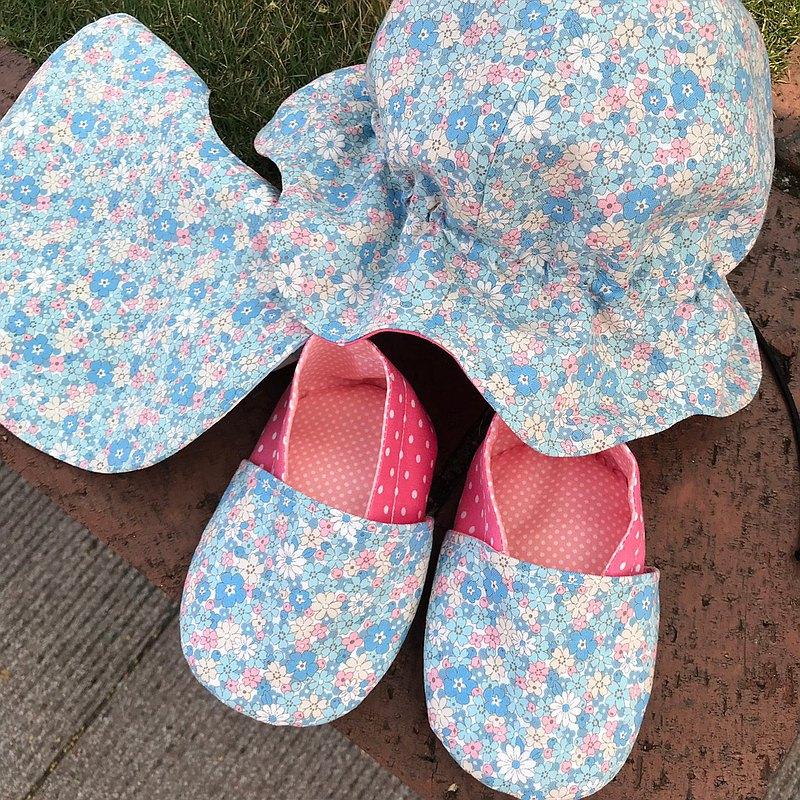 粉藍小碎花彌月組-學步鞋+雙面圍兜+雙面帽