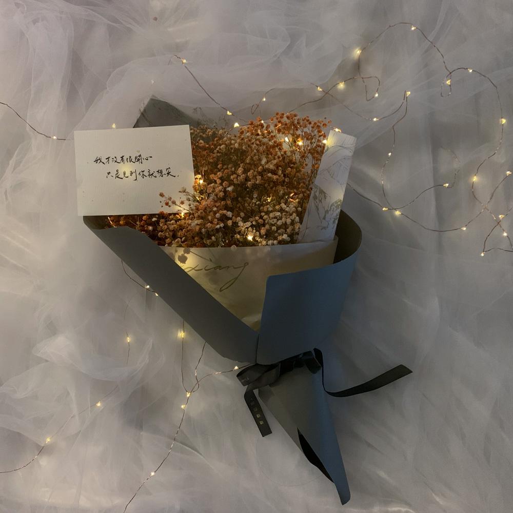 【有燈的那一束-橙魚落雁】情人節花束|滿天星、銅線燈|花面約25-30公分︱請於結帳『備註欄』處填寫卡片內容、訂購人聯絡姓名及手機