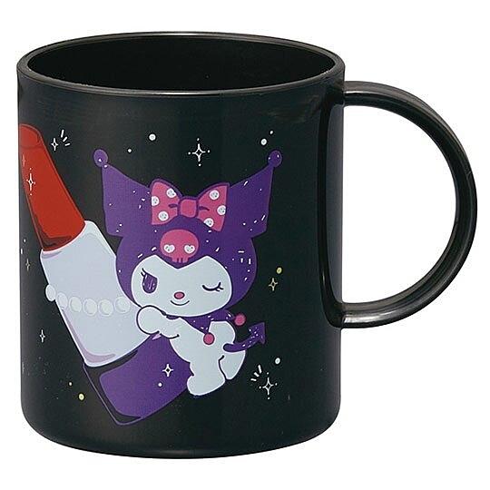 小禮堂 酷洛米 日製 塑膠杯 單耳 兒童水杯 茶杯 漱口杯 240ml (黑 唇膏) 4973307-49984