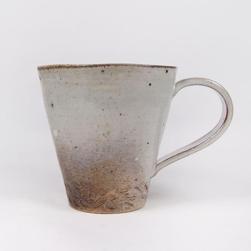 明芽窯 l 柴燒灰釉鐵斑刻紋多角馬克杯