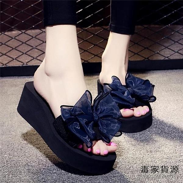 拖鞋女外穿高跟一字拖蝴蝶結防滑厚底海邊度假沙灘鞋【毒家貨源】