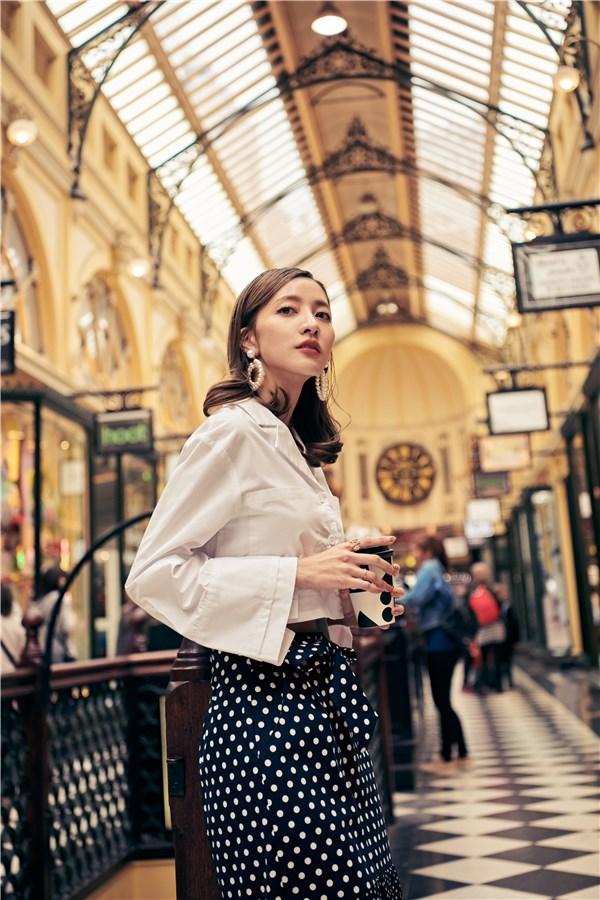 新品限時甜甜價優惠 2/18 10:00~2/24 23:59 挺版襯衫面料;正面排釦和大口袋設計;袖口特殊雙層造型;寬鬆版型。