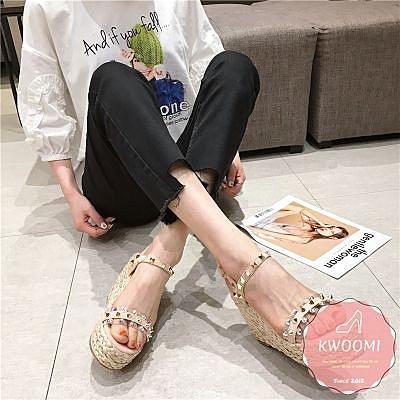 楔型涼鞋 鉚釘一字草編度假風 厚底涼鞋*KWOOMI-A51