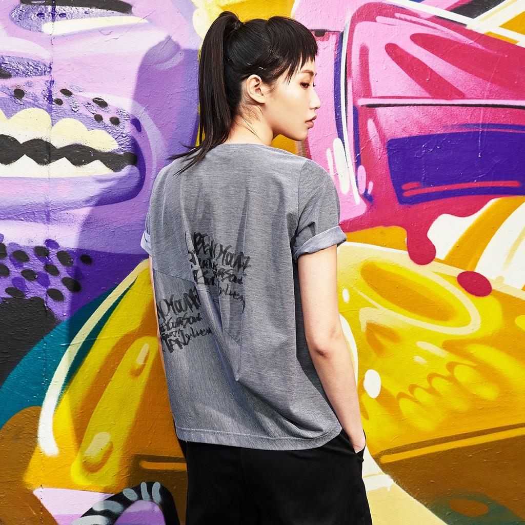 後立體剪裁草寫印花短袖上衣 三色 T恤