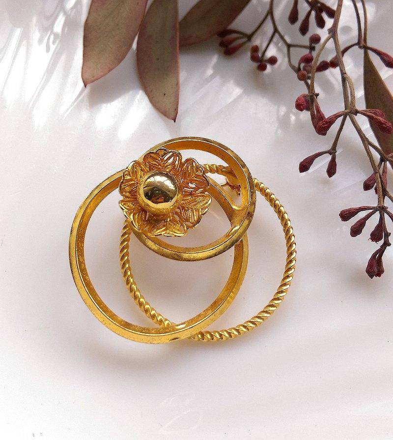西洋古董飾品。 立體金色 環圈 花朵  別針