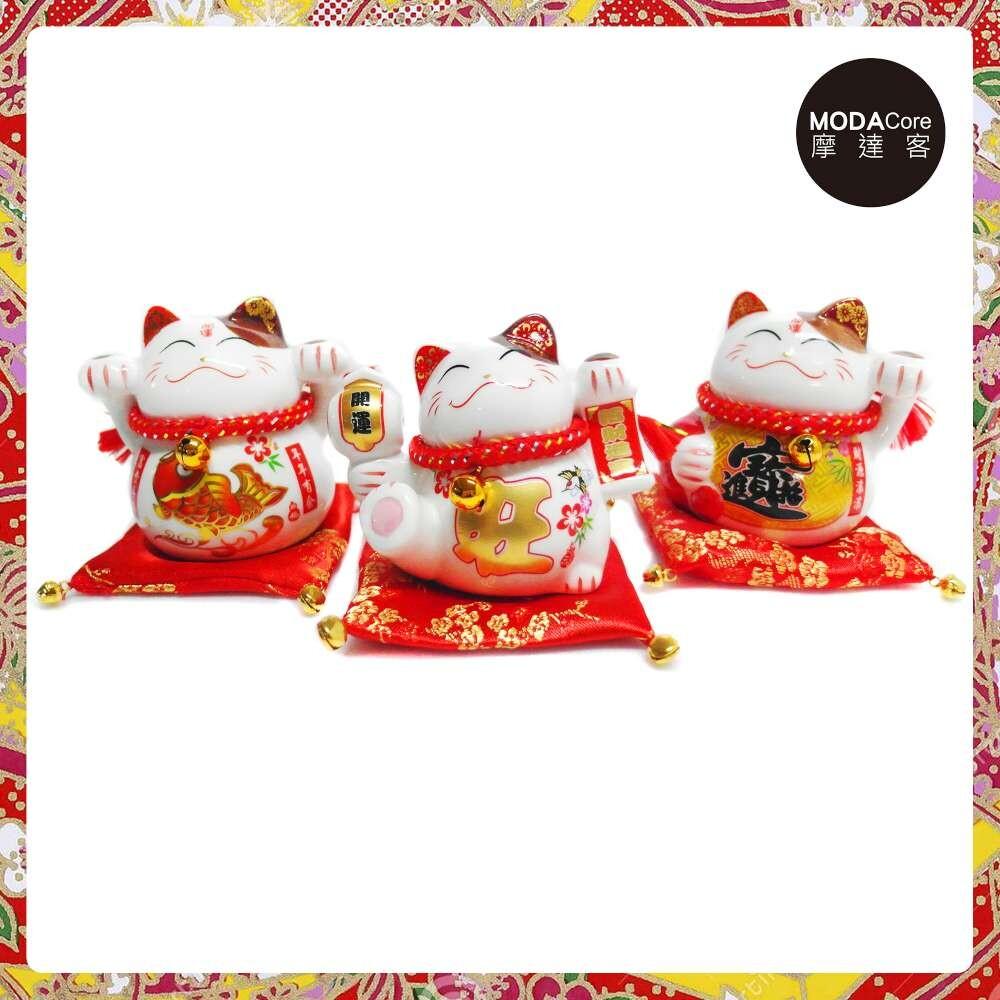 摩達客 農曆新年春節開運陶瓷4吋魚旺寶小招財貓-存錢桶開運三入組-擺飾桌飾(含坐墊)