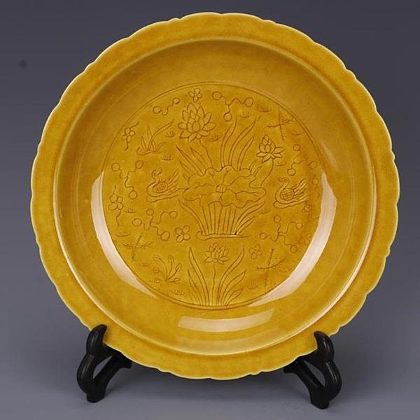 明弘治黃釉刻荷花鴛鴦紋葵口盤仿古做舊瓷器古董古玩手工收藏擺件1入