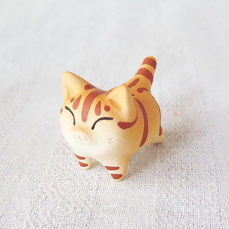 很小的橙色虎斑貓伸展